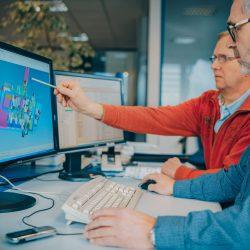 Techniker diskutieren am PC