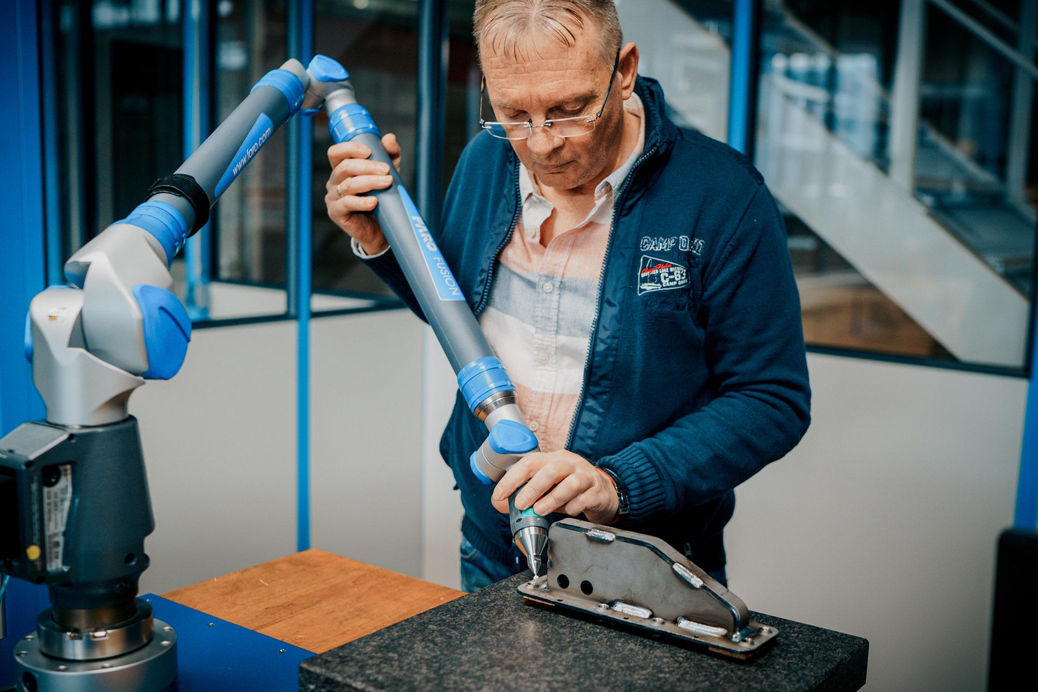 Mitarbeiter mit Messarm Wilhelm Honebein Maschinen- und Gerätebau GmbH