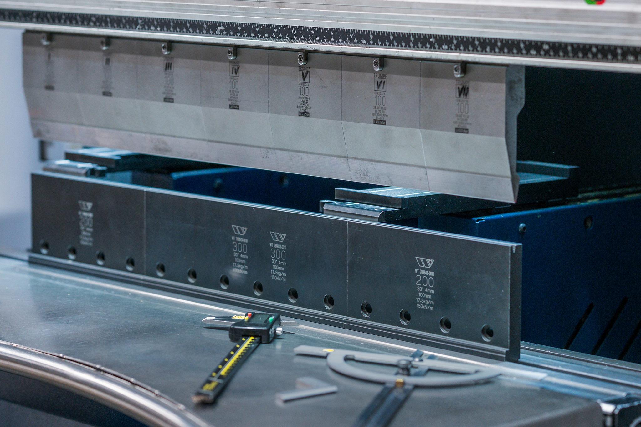 Kleine Kantpresse mit Messwerkzeugen davor Wilhelm Honebein Maschinen- und Gerätebau GmbH
